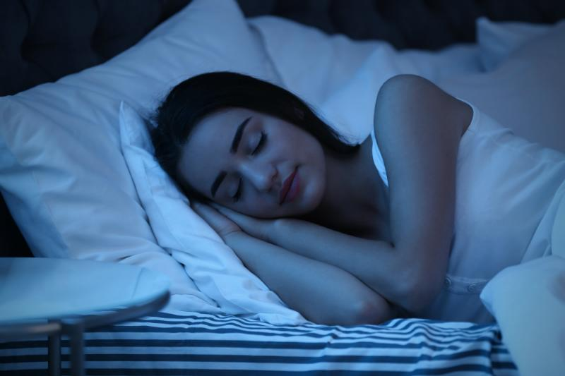 Frau im Tiefschlaf - Wie die verschiedenen Schlafphasen unseren Körper beeinflussen