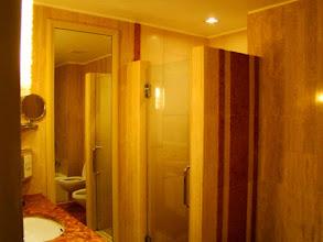 Photo: 004-Le Marina Mandarin à Singapour La salle de bains est très grande et bien équipée avec baignoire et douche