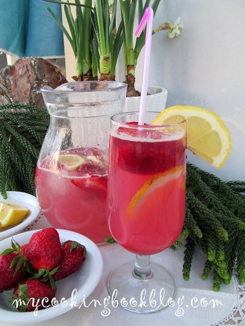 Сироп от ягоди с канела с вода, лимонови шайби и ягоди