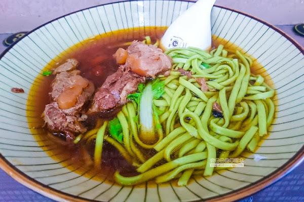 祥發養生蔬菜排骨麵食館-每日新鮮的手工製作蔬菜麵,蕃茄麵搭配軟脆入味的軟骨排骨肉