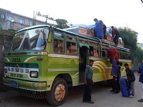 Photo: De bagage wordt op de bus geladen: we zijn gereed om op trekking te vertrekken.