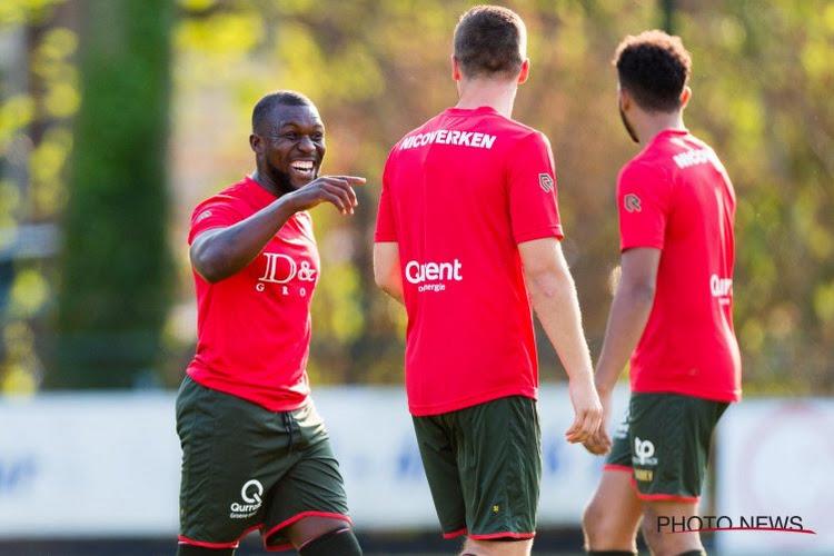 """? Drenthe lacht ploegmaat uit om hilarische schwalbe: """"Hier gaan we op moeten oefenen"""""""