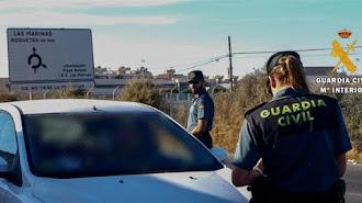 Agentes de la Guardia Civil en un control de vehículos.