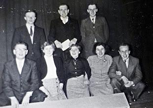 Photo: Dominee van Wezep, Jantje Rozenveld Pd., Gezientje Hilberts, Antje Rozenveld en Kornelis Talens. Staand v.l.n.r.: Hendrik Witting, G. Witting en Tarienus Wilms