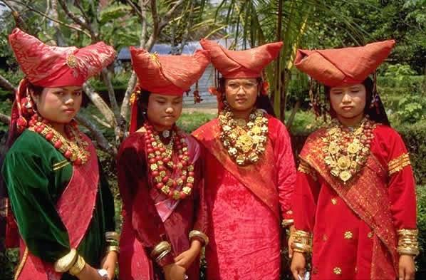 Женщины минангкабау в национальной одежде
