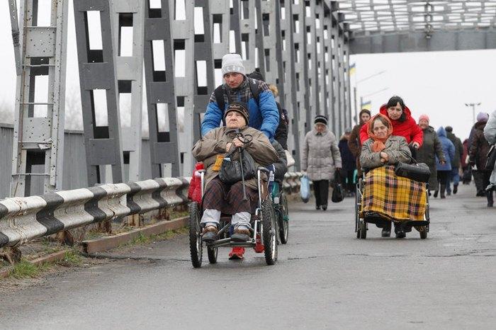 Люди переходять з окупованих територій на підконрольну Україні територію через відновлений міст у Станиці Луганській