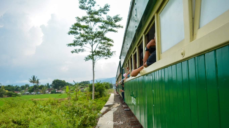 bergembira naik kereta api