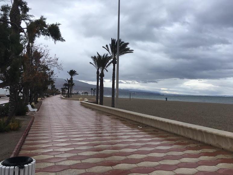 El Paseo Marítimo de Las Salinas, en Roquetas de Mar. / Foto: Raúl Ramos