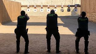 Agentes de la Guardia Civil tiran a diana en el campo de Benahadux
