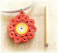 Photo: Colier cu pandantiv floral roşu Pandantiv : tehnica quilling, lacuit şnur din piele întoarsă gri, cca. 50 cm reglabil, la cerere se poate înlocui cu un alt fel de şnur , oricare prezent pe acest blog Preţ: 10 lei
