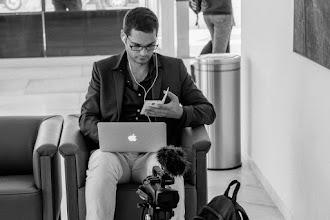 Photo: El periodista Luis Quevedo, ejerciendo la multitarea en blanco y negro.