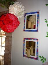 Photo: Castiçais pendentes na parede com fundo de espelho emoldurado por madeira. http://celiamartins.blogspot.com/