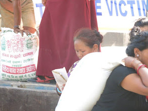 Photo: Sacos de arroz para los afectados en la aldea de Khalte, distrito de Dhading.