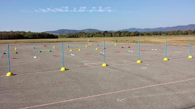 Photo: Une variété d'ateliers d'initiation ont été mis en place : slalom, citron, barres d'enjambement latéral, barres de saut et pont.