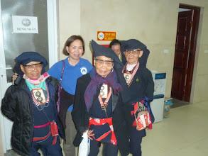 Photo: Phần lớn bệnh nhân mổ mắt từ Kim Bôi là dân tộc thiểu số - Hình chụp ba cụ bà dân tộc vui mừng với mắt đã sáng trở lại.