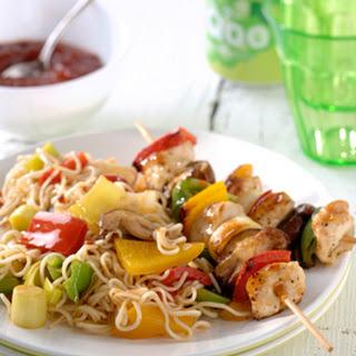 Chinese BBQ-spiesjes met gewokte groentenoedels