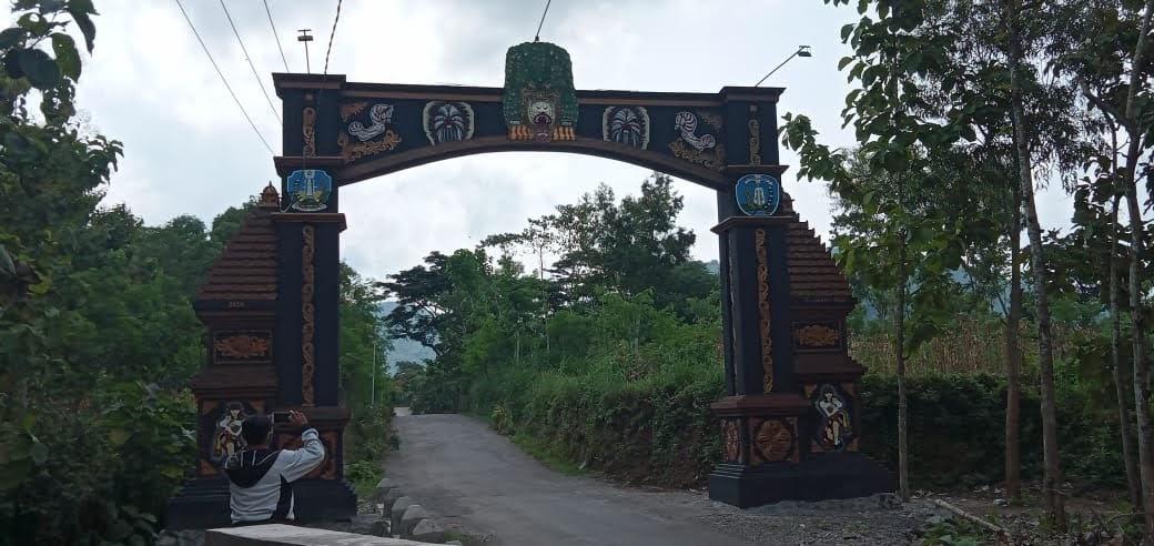 Gapura Baru Menunjukkan Sebagai Muka Desa Watubonang Badegan – Ponorogo