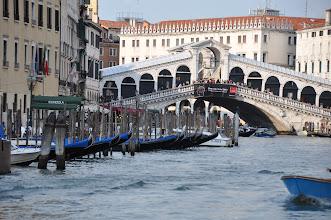 Photo: Ponte di Rialto je jedním ze čtyř benátských mostů, které vedou přes Canal Grande.