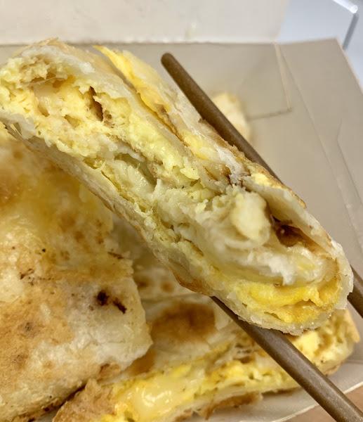 好吃的爆漿蛋餅,乳酪的加持、沙拉醬的介入有種披薩般的風味。值得一試~