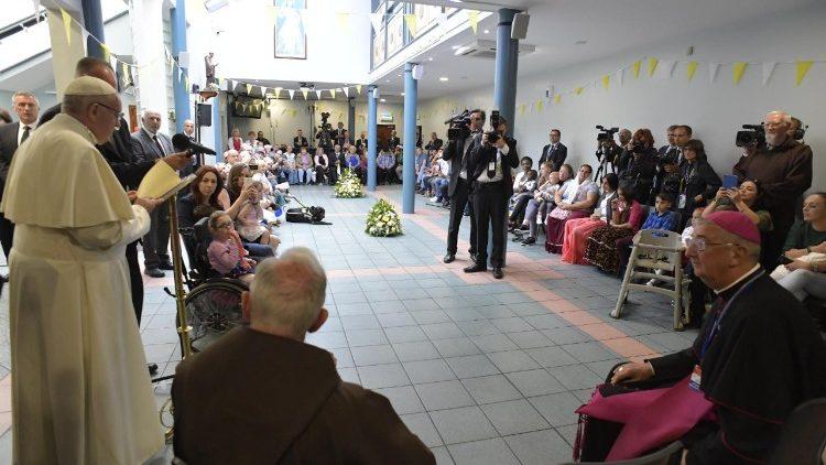 Đức Thánh Cha tặng phòng khám chữa bệnh mới cho người nghèo và người hành hương nhân dịp Giáng sinh