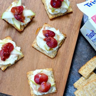 Roasted Grape Blue Cheese Crackers (grapeblucuits)