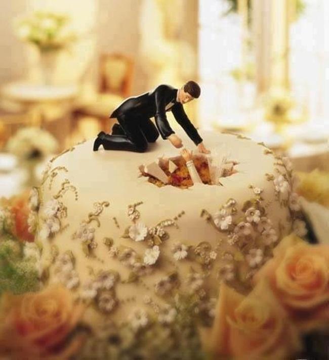 Chiếc bánh cưới này thể hiện rất nhiều ý nghĩa, sau hôn nhân, liệu cặp đôi cô dâu chú rể có rơi vào một thế giới kỳ diệu như Alice ở xứ sở thần tiên hay phải đối mặt với những vấn đề hết sức đời thường?
