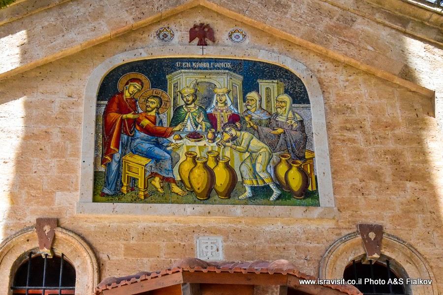 Фреска с изображением первого чуда Иисуса. Православная греческая церковь в Кане Галилейской. Экскурсия по Святым местам Галилеи.