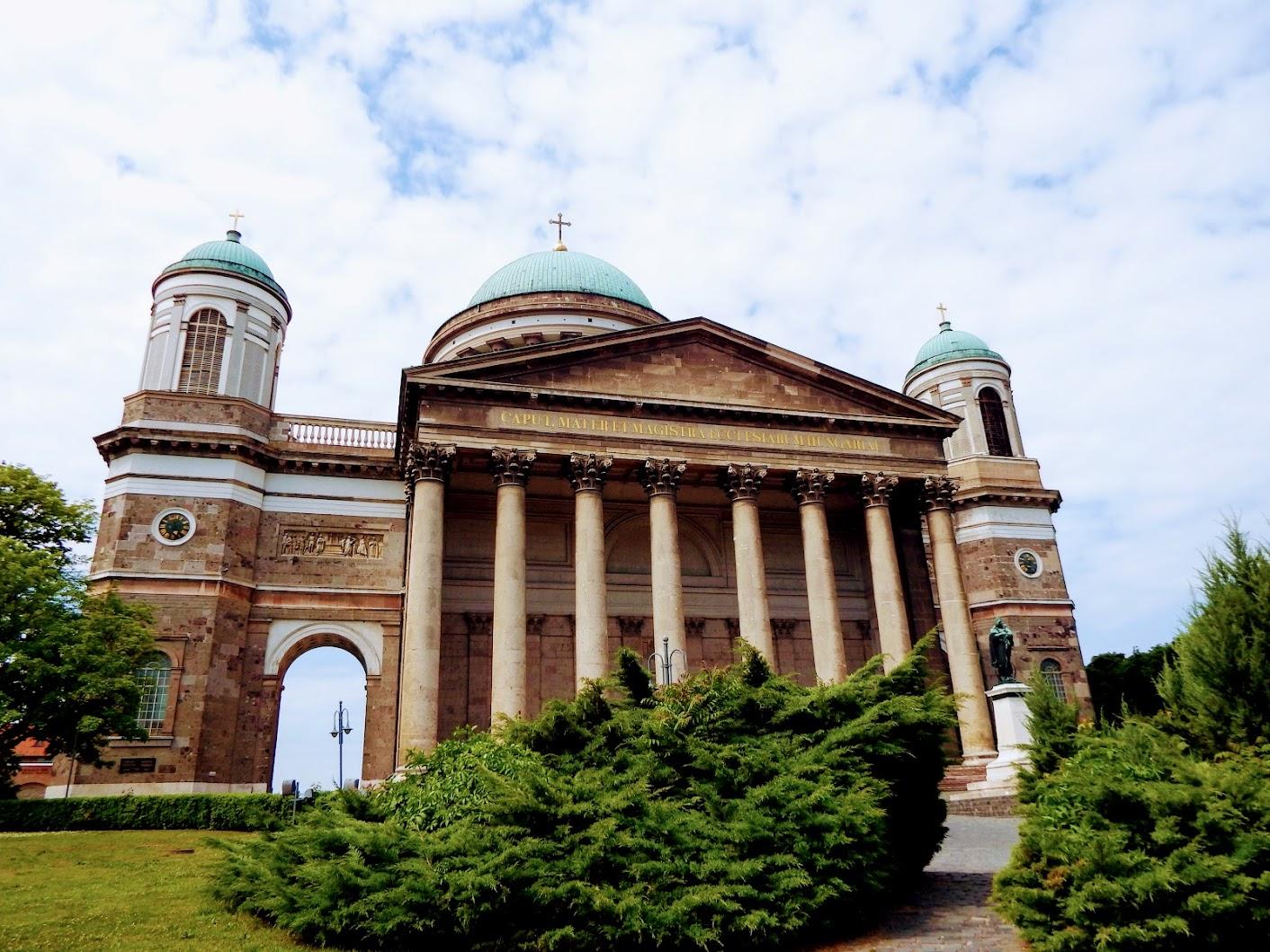 Esztergom - Magyarok Nagyasszonya-szobor a bazilika előtti téren