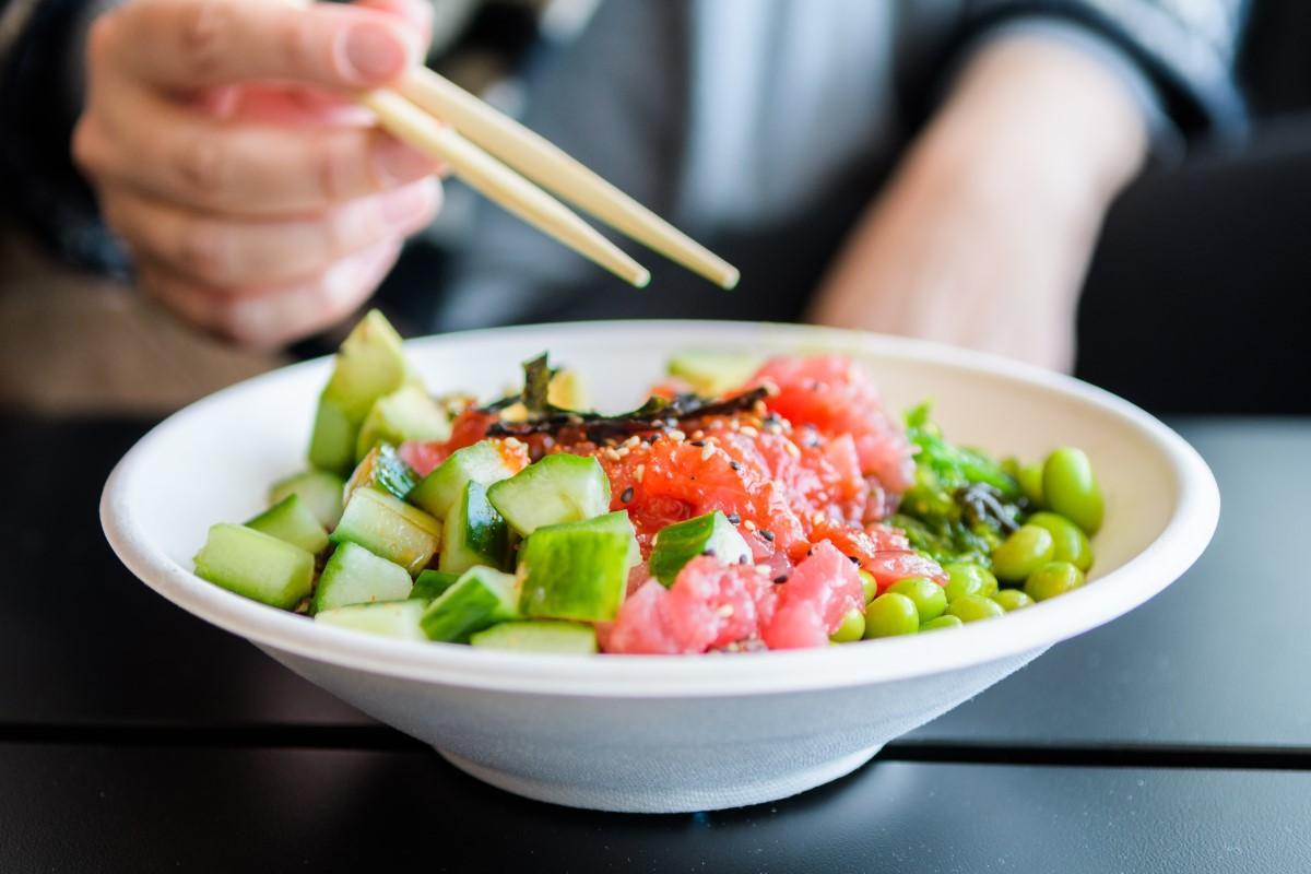 Une image contenant personne, alimentation, assiette, intérieur  Description générée automatiquement