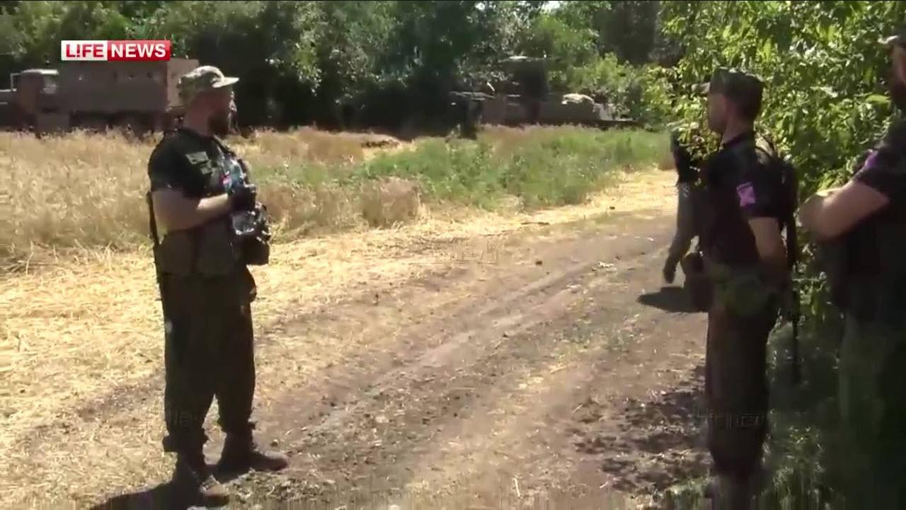 Бойцы сепаратистов в районе Степановки Донецкой области, в нескольких километрах от места пуска ракеты, сбившей MH17. На заднем плане виден ЗРК «Стрела-10».