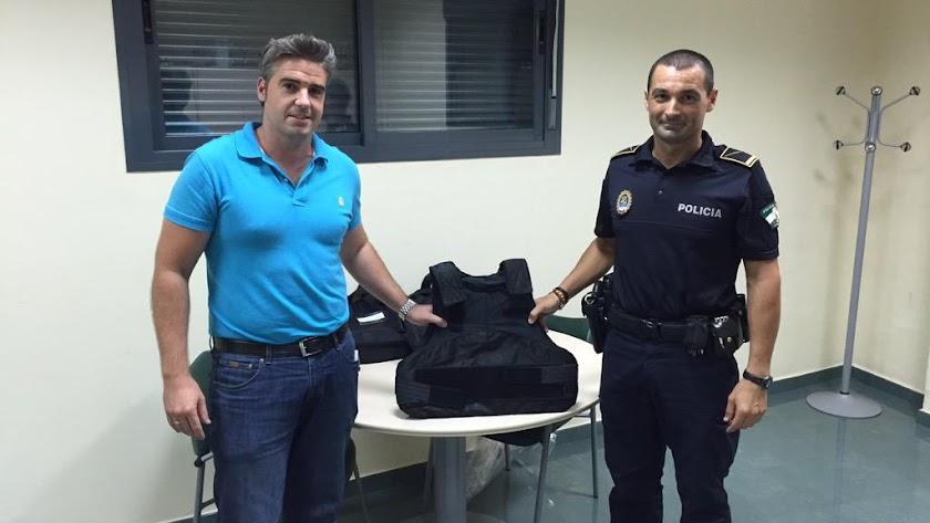 El alcalde con un miembro de la Policía Local.