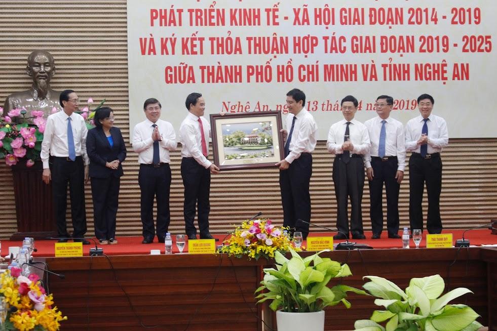 Hai địa phương Nghệ An và TP Hồ Chí Minh tặng quà lưu niệm tại buổi làm việc ngày 13/4/2019