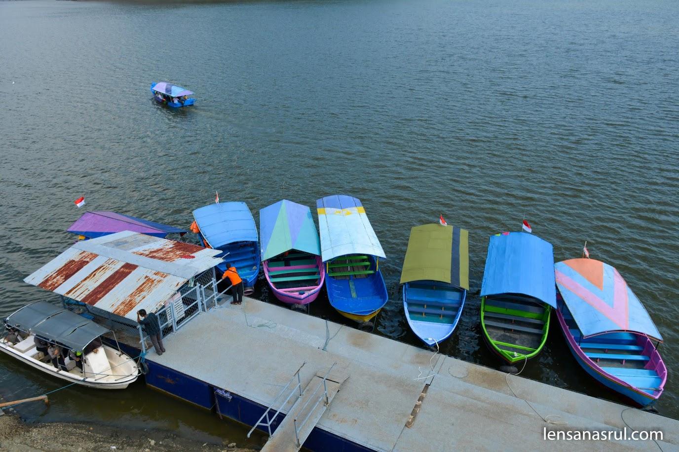 Perahu di Dermaga Waduk Sermo