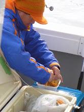 """Photo: ダブルヤキソバを作る""""サクライさん""""、お湯も2倍使います。「お湯ぐらいでケチケチ言うなー! バカ船頭!」"""