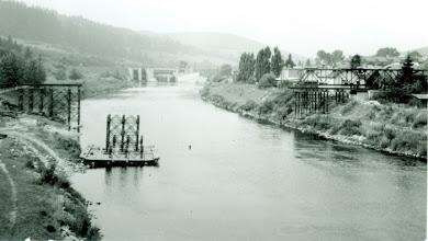 Photo: Dlhé obdobie chodili naši spoluobčania po moste, cez ktorý vedie štátna cesta I./59 . V roku 1987 sa započalo so stavbou lavice pre peších, ktorá zabezpečila bezpečnosť peších a po niekoľkých údržbách ju možno využívať dodnes.