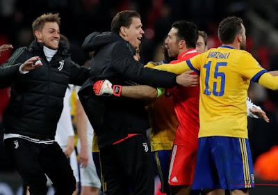 Szczesny, doelman van Juventus, lacht met de fans van Tottenham