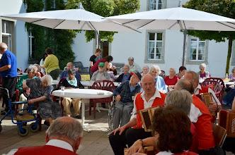 Photo: Viele Zuhörerinnen und Zuhörer, denen wir einen unbeschwerten Nachmittag bieten.