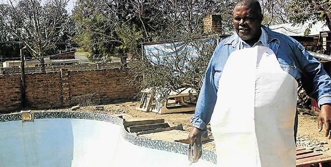 Opgehoopte sakeman stort rioolwater in die munisipale kantore in die Oos-Kaap - TimesLIVE