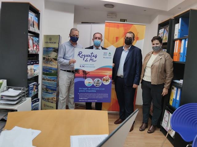 El concejal y el representante de Comutur con la asociación de agencias de viajes de Jaén.