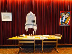 Photo: Tafel met Joodse attributen en gebruiksvoorwerpen alsmede uit de Tweede Wereldoorlog en van de families Van Straten.