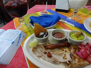 Photo: Klasika ke každýmu jídlu. Pasta z černejch fazolí, salsa a guacamole. A limetka! Ta dokáže s jakymkoliv masem udělat divy.