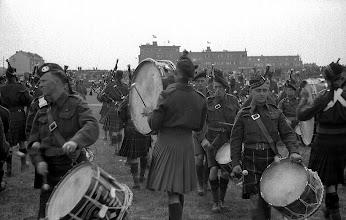Photo: 0021. Bevrijdingsparade op de Laan van Meerdervoort, gezien naar de hoek Godetiaweg. Met trommelaars en doedelzakspelers (uit Canada?). 21 mei 1945.  http://www.loki-travels.eu/