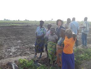 Photo: Erika au Benin avec les adoptants du SRI sur le site de DOGBA [2012, photo provided by Pascal Gbenou]