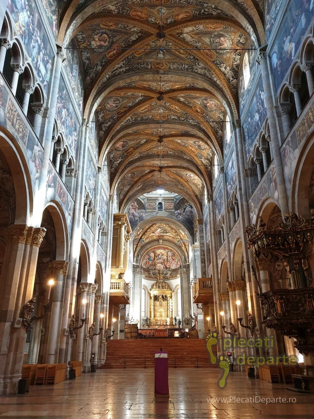 Piazza del Duomo - Catedrala di Parma, in care accesul este gratuit si unde am putut vedea arhitectura din interior, in Parma, Italia. bologna parma lugo obiective turistice mancaruri traditionale italia
