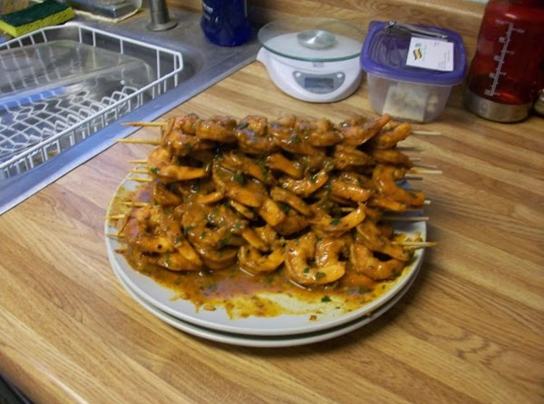Skewer all the shrimp and pour the rest of the marinade on the greased...