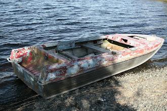 Photo: Alumiininen venäläinen vene rannalla