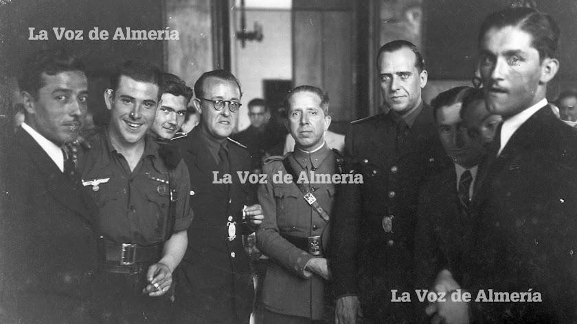 Ricardo Alonso Vega en el centro, custodiado por el alcalde, Vicente Navarro Gay (con gafas) y por el Gobernador civil Rodrigo Vivar Téllez, en 1.942