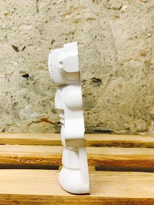 détail robot en béton blanc