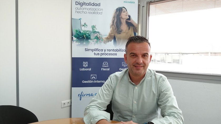 Miguel Fernández, en su oficina