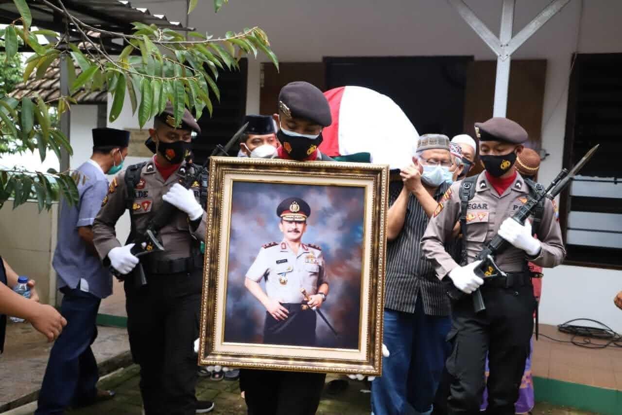 Kapolres Mojokerto Dampingi Wakapolda Jatim,Melaksanakan Upacara Pemakaman Almarhum Irjend Pol(Purn) Untung.S Radjab